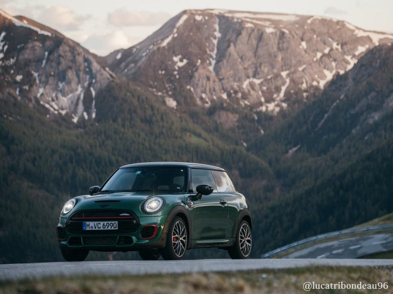 MINI John Cooper Works 3 puertas Hatch – rojo y negro – vista frontal